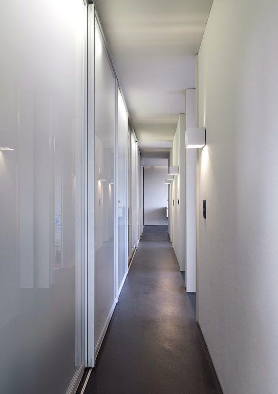 Белый глянцевый шкаф купе в коридоре
