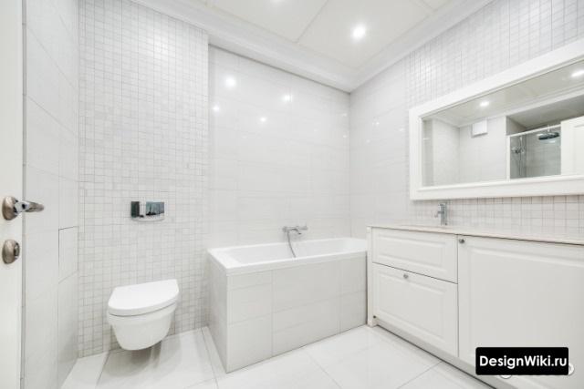 Белый интерьер ванной комнаты с туалетом