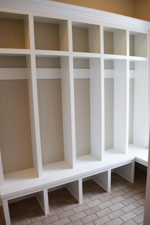Белый каркас шкафа для одежды