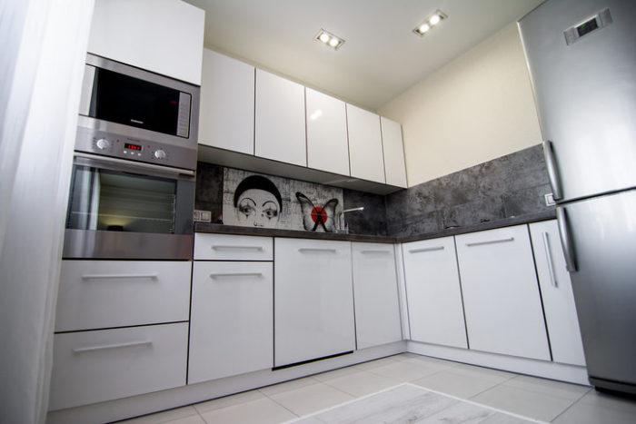 Белый кухонный гарнитур с серым фартуком