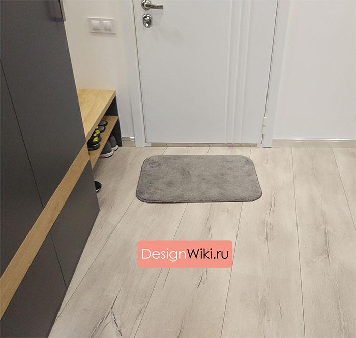 Белый ламинат на пол в коридоре