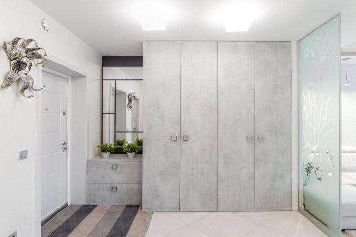 Белый матовый современный потолок в прихожей