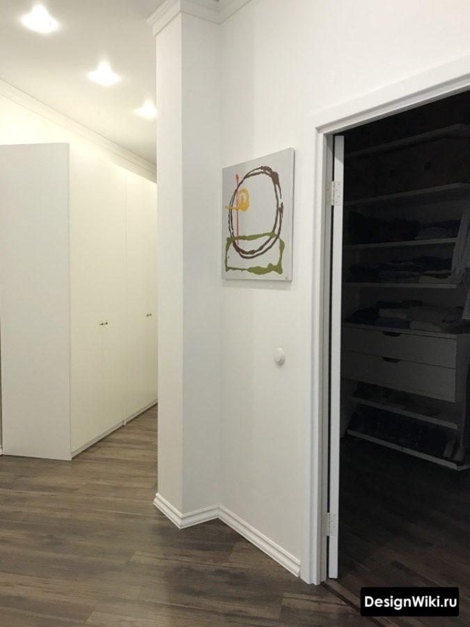 Белый шкаф и стены и коричневый пол в коридоре