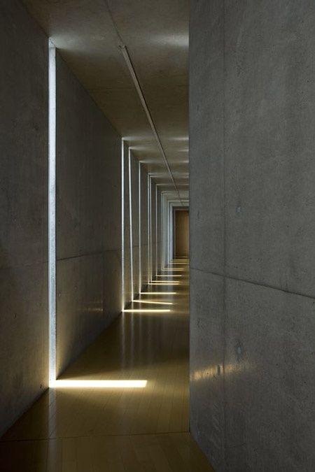 Бетонные стены с подсветкой в коридоре