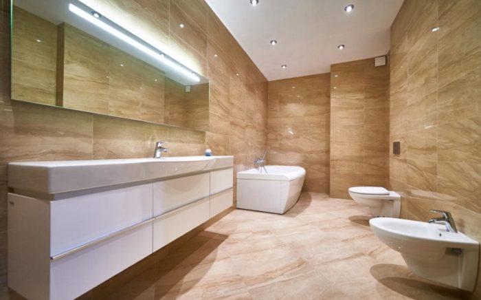 Большая ванна с плиткой под мрамор