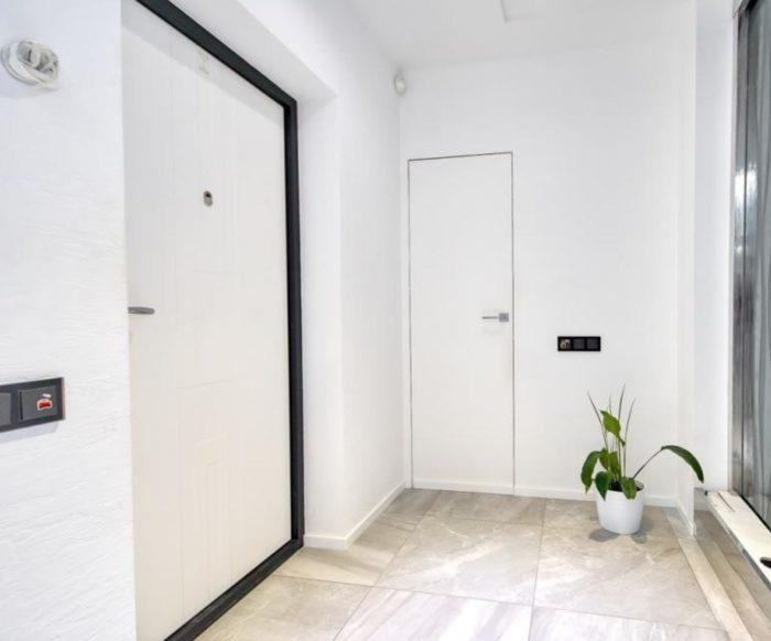 Большая квадратная плитка в прихожей коридоре
