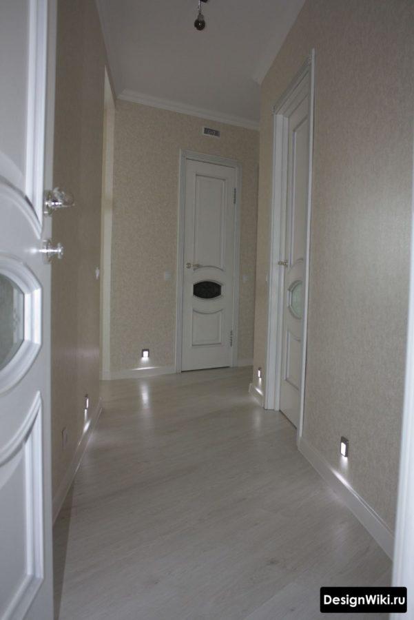 Встроенная в стены подсветка в коридоре