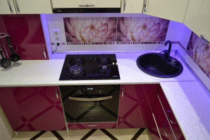 Встроенная в уровень вытяжка на кухне