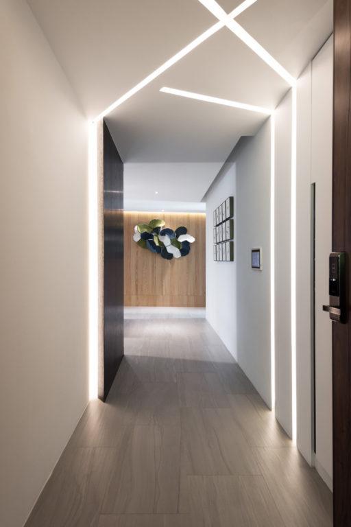 Встроенный профиль с переходом со стены на потолок