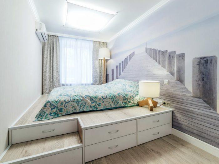Выдвижные ящики под кроватью в спальне