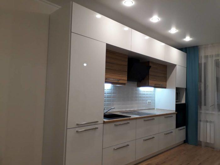 Высокая маленькая белая кухня