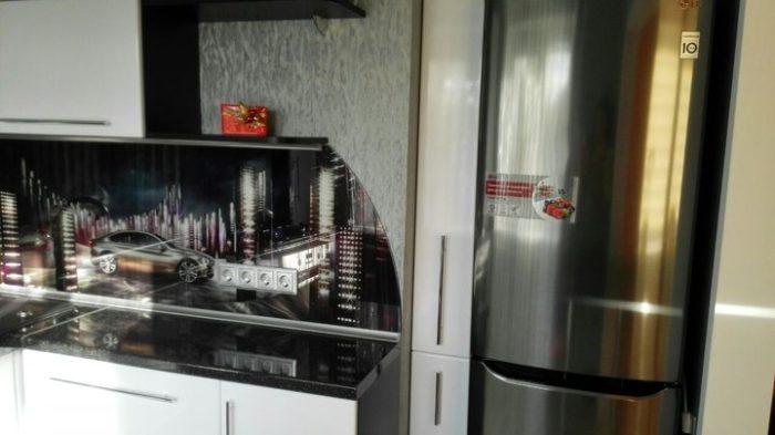 Высокий узкий шкаф на кухне