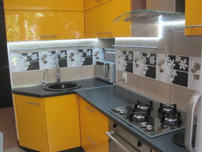 Глянцевая оранжевая кухня