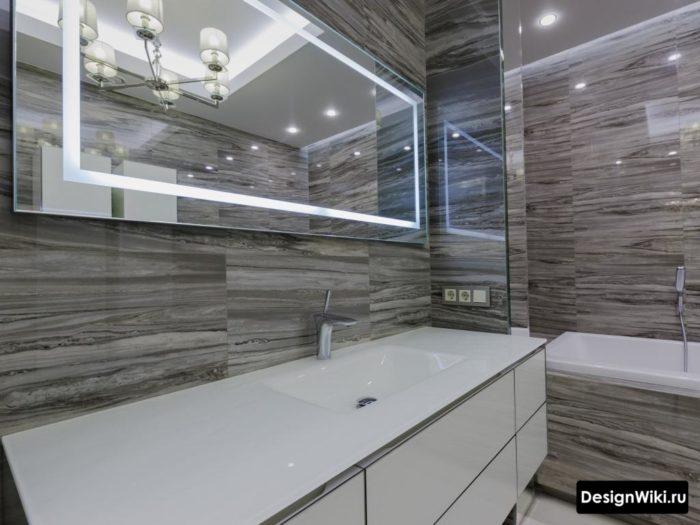 Глянцевая серая плитка на стенах ванной