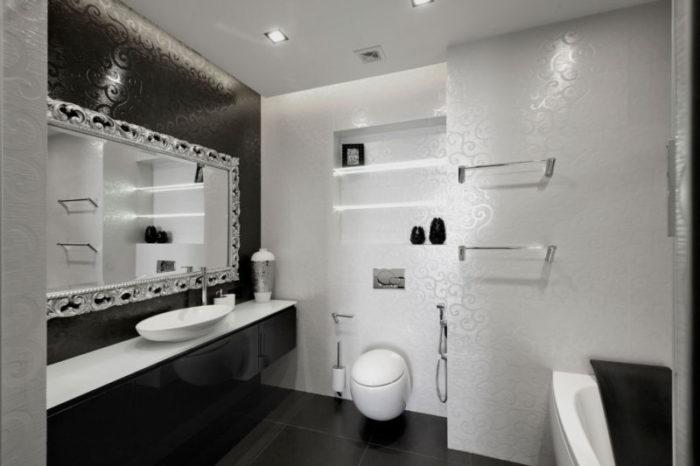 Глянцевые узоры на плитке в ванной