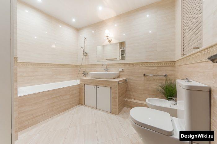Глянцевый бежевый кафель в ванной