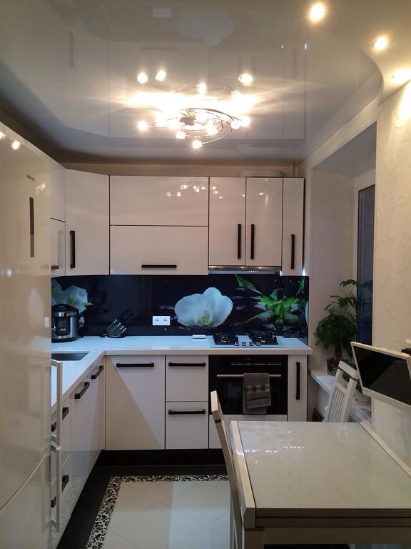 Глянцевый натяжной потолок на кухне в хрущевке