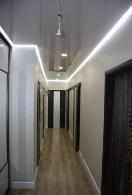 Глянцевый натяжной потолок с подсветкой в коридоре