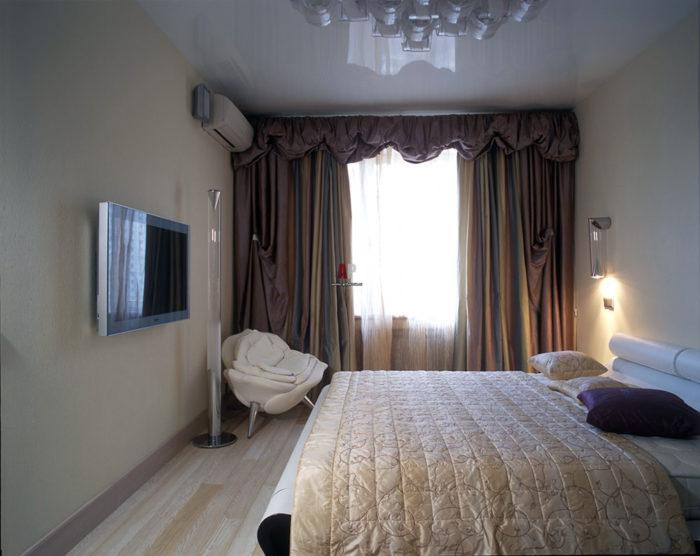 Глянцевый потолок в современной спальне