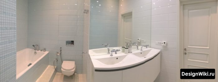Голубая плитка в ванной с туалетом