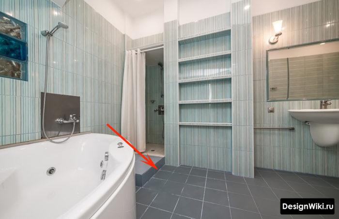 Грязная белая затирка в ванной
