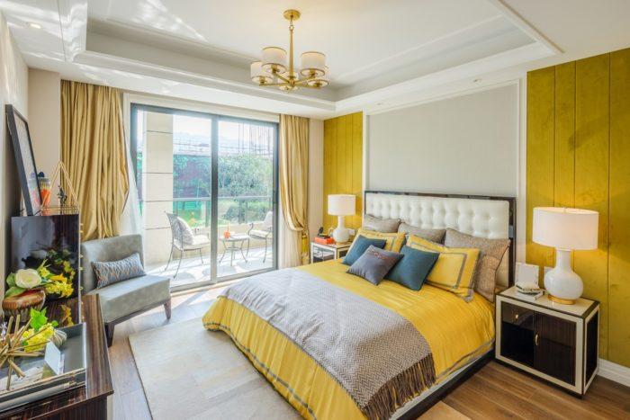 Грязные желтые стены в спальне