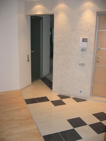 Диагональный стык плитки и ламината возле двери