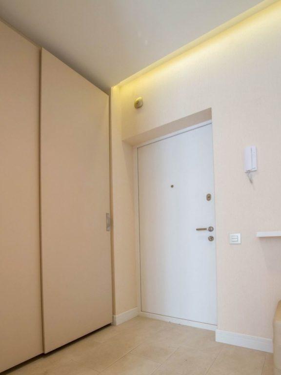 Дизайн белого потолка в прихожей