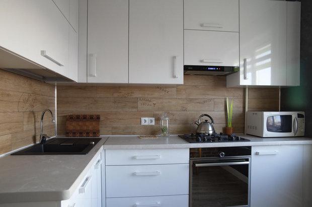 Дизайн белой глянцевой кухни в хрущевке