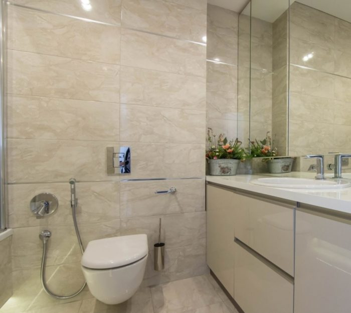 Дизайн ванной комнаты с плиткой под мрамор
