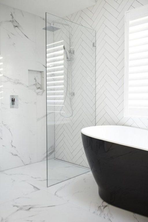 Дизайн ванной с плиткой под мрамор