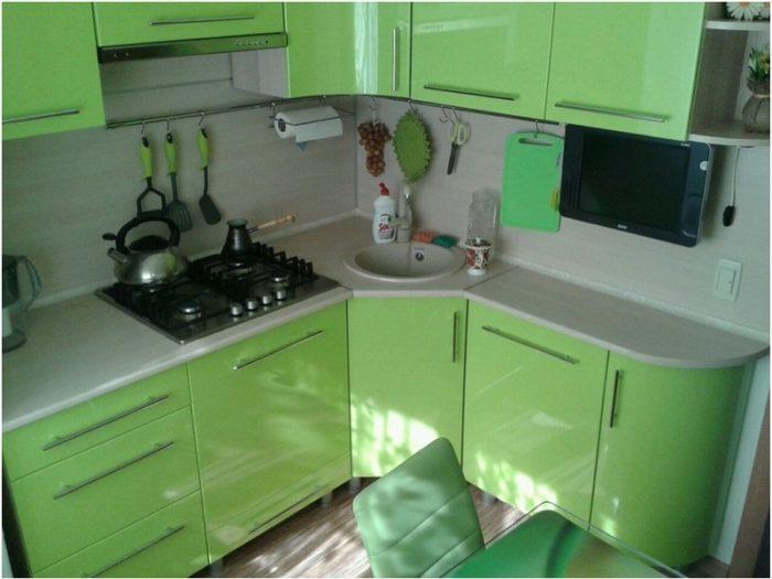 Дизайн зелёной угловой кухни в хрущевке