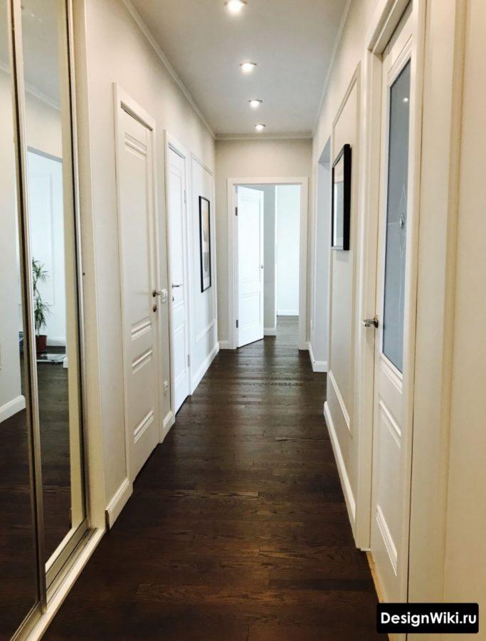 Дизайн коридора с большим количеством дверей