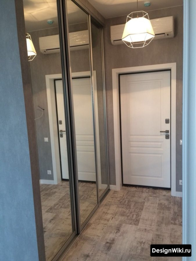 Дизайн коридора с зеркальным шкафом купе
