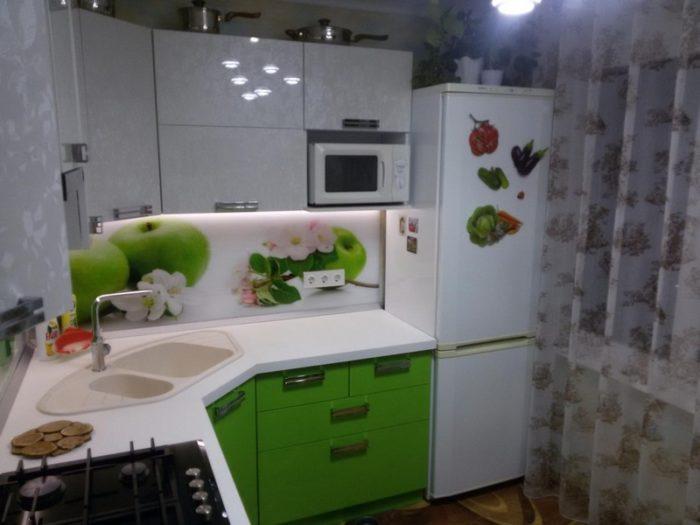 Дизайн кухни в хрущевке с холодильником возле окна