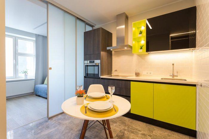 Дизайн маленькой кухни фисташкового и чёрного цвета
