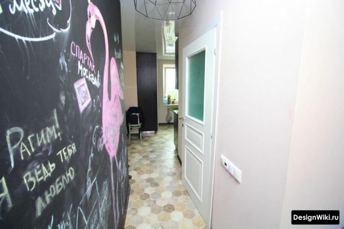 Дизайн узкого коридора с рисунками на стенах