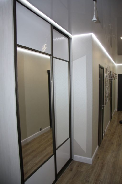 Дизайн узкого коридора со шкафом-купе в прихожей