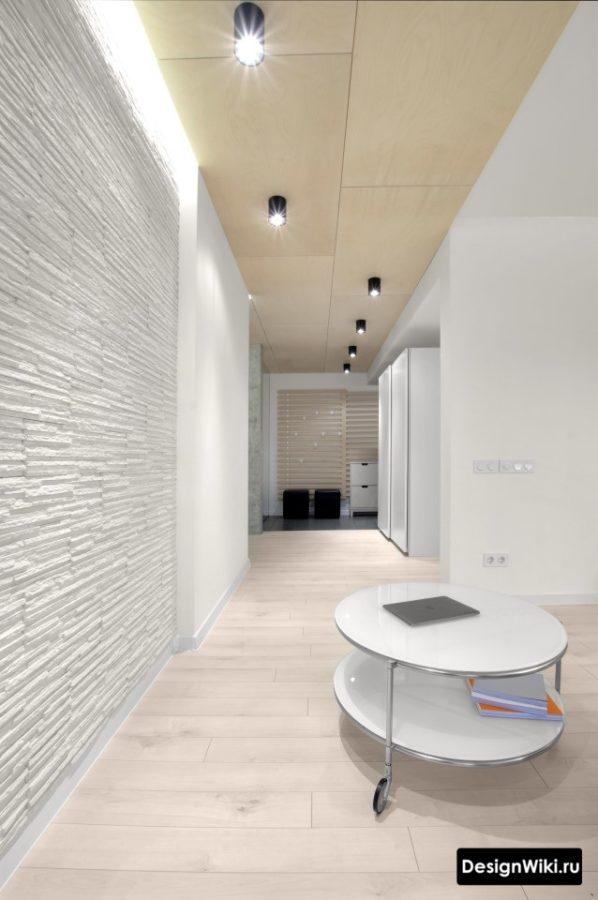 Дикий камень на стене в коридоре
