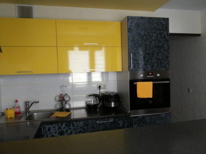 Жёлтые фасады сверху чёрны снизу на кухне