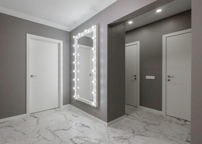 Зеркало с лампами в коридоре