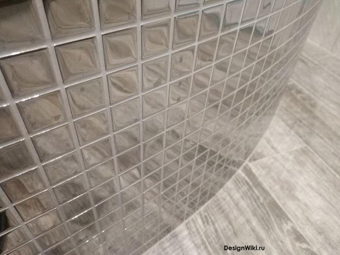 Зеркальная стеклянная мозаика с серой фугой
