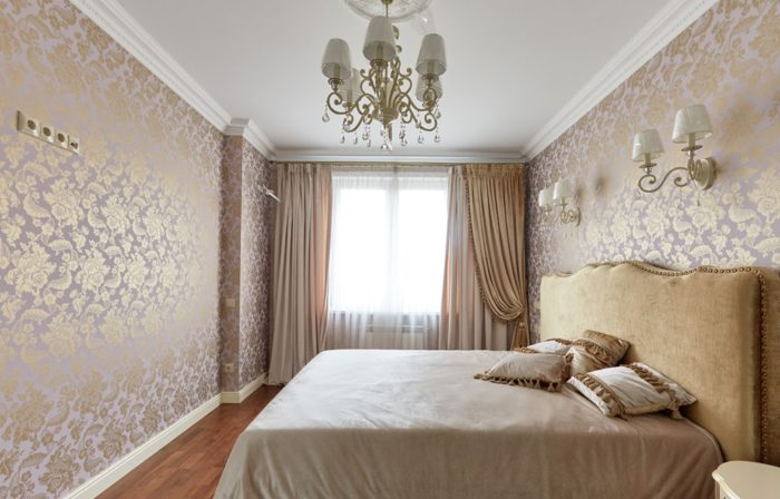 Золотой цвет на стенах спальни