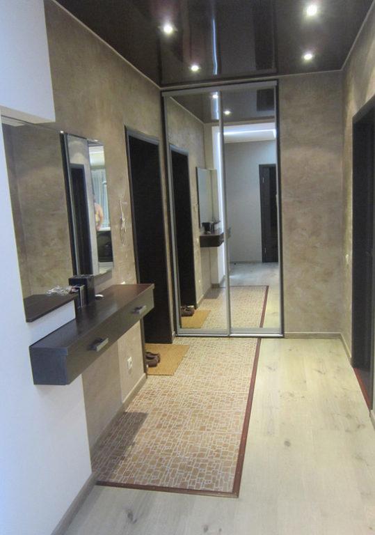 Зона из ламината и плитки на полу в коридоре