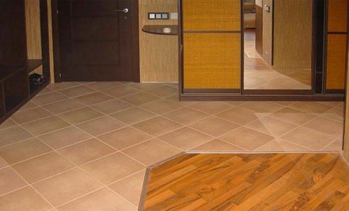 Зоны с плиткой и ламинатом на полу в прихожей
