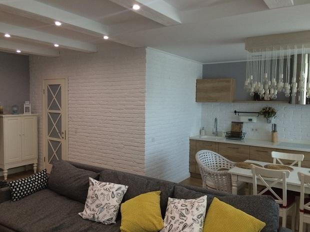 Имитация белого кирпича в квартире-студии