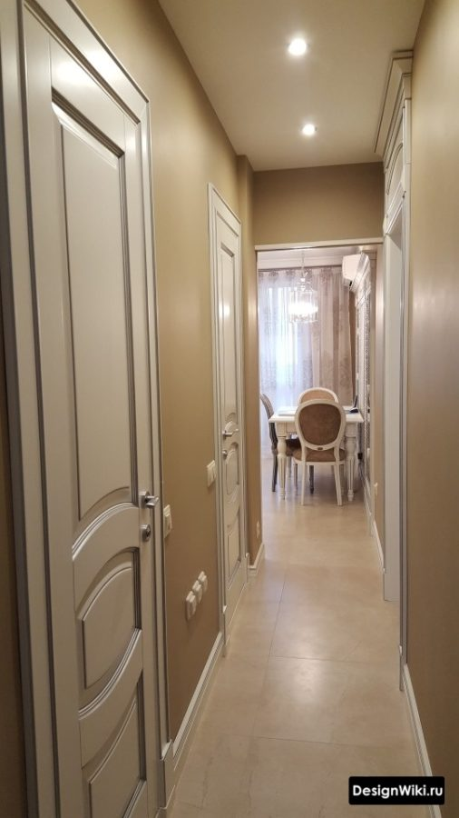 Интерьер коридора в квартире в классическом стиле с коричневыми стенами