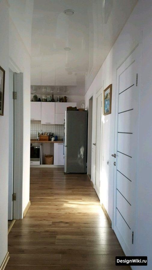 Интерьер коридора с белым глянцевым потолком