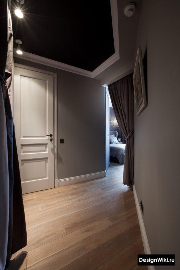 Интерьер коридора с серыми стенами и черным потолком