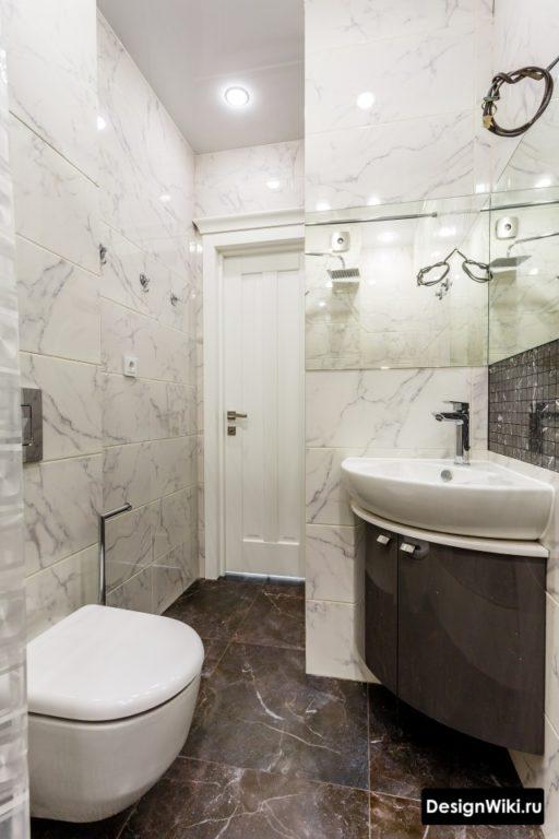 Интерьер совмещенной ванной с плиткой под мрамор